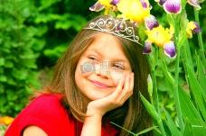 花丛中年轻女孩