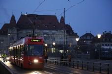 傍晚运行的公交