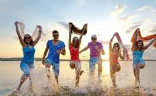 海滩玩耍的快乐青年