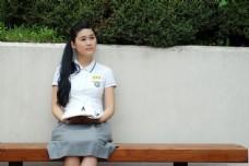 坐着背书的可爱女生图片
