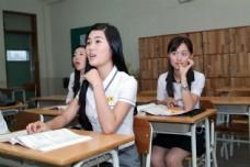 上课认真听讲的可爱女生图片
