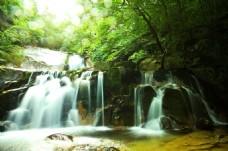 美麗的山間瀑布風景圖片