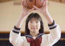 打篮球的高中女生图片