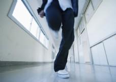 走廊里的男生图片