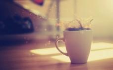 创意咖啡杯溅出图片