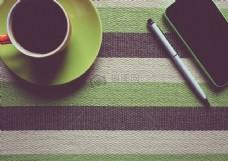 咖啡杯旁的手机