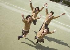 操场上跳跃的男生女生图片