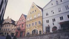 布朗大厦旁边有一个红房子旁边一个黄楼和青瓦台白天