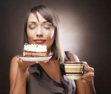 端着咖啡和蛋糕的美女图片