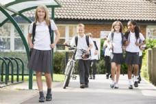 穿着校服的男孩女孩图片